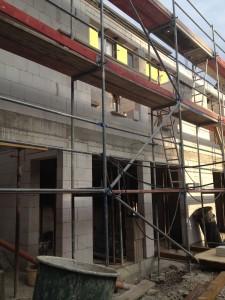 Die neuen Räume im Souterrain erhalten große (Schallschutzglas-) Fenster - hier sieht man schon die Formen, ebenso in der 1. Etage.